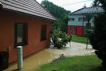 Zaplavené sklepy domů a komunikace v několika obcích po lokální bouřce na Zlínsku.
