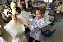 Příprava šatů na Miss Academia.