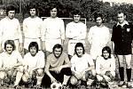 """PETRŮVKA, FOTBALISTÉ. Jedna z prvních fotek mužstva """"A"""" muži TJ Sokolu Petrůvka, který byl založen v roce 1970. Na snímku jsou F. Juřica, M. Hubáček, J. Žák, Z. Rudolf, M. Šebák, E. Adámek (rozhodčí), M. Bača, V. Pešek , L. Kovářík, M. Hasík a J. Polášek."""