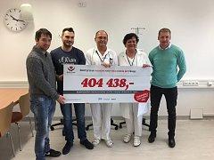 Předání šeku nadace Život je dar onkologickému oddělení Baťovy krajské nemocnice.