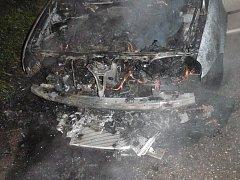 Rozsáhlý požár motorového prostoru osobního auta zn. VW Golf krotili profesionální hasiči ve Valašských Kloboukách.