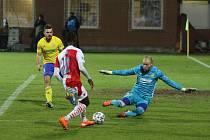 Fotbalisté Zlína (ve žlutých dresech) v lednu podlehli pražské Slavii 2:6.