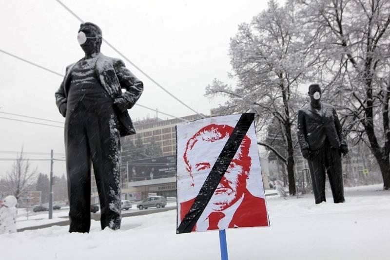 Demonstrace proti KSČM v radě Zlínského kraje.