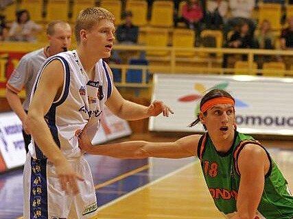 Prostějovský hráč Petr Dokoupil (v bílém) hostuje v celku Proton Zlín.
