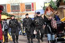 Policejní hlídky na vánočním trhu na náměstí Míru ve Zlíně.
