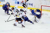Hokejisté Zlína (modré dresy) se v pátek postavili pražské Spartě.