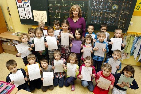 Rozdávání vysvědčení ve třídě 1.Av9. ZŠ ve Zlíně.  Na snímku paní učitelka Karla Novotná.
