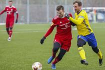 Fotbalisté Zlína v posledním přípravném zápase před odletem do Turecka zdolali druholigový Třinec 3:1. Na snímku bojuje o míč záložník Fastavu Petr Jiráček  (ve žlutém).
