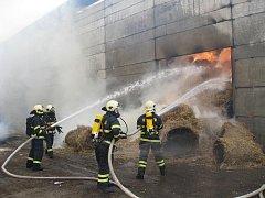 Rozsáhlý požár skladovací haly na slámu ve Hvozdn
