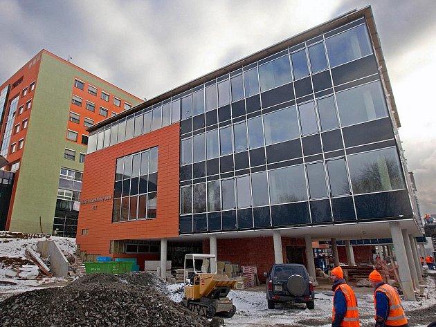 Nová budova Univerzity Tomáše Bati nazvaná Vědeckotechnický park je pomalu hotová, otevírat by se měla v květnu 2012.