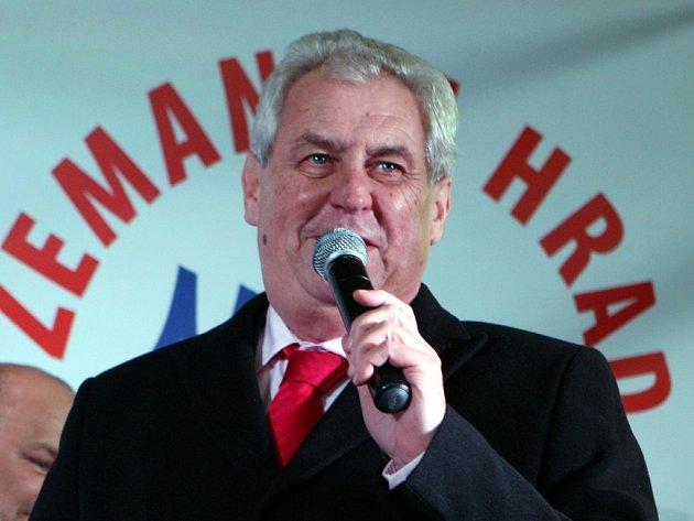 Miloš Zeman na náměstí ve Zlíně.