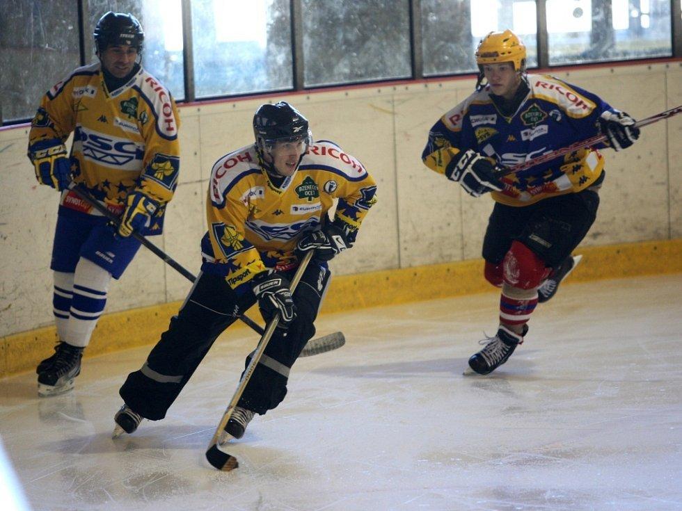 Fotbalisti FASTAV Zlín hrají hokej v PSG aréně ve Zlíně.