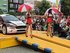 Eva Garguláková (vlevo) a Michaela Šedová (vpravo) při doprovodu vozů na vyhlašování výsledků letošního ročníku soutěže.