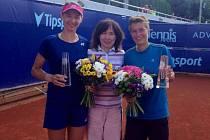 VÍTĚZKY. Dosáhnout až na vrchol tenisového turnaje Advantage Cars Prague Open hvozdenské hráčce Renatě Voráčové (vlevo) vedle nizozemské spoluhráčky Demi Schuursové pomohla týmová sportovní psycholožka Eva Šauerová (uprostřed).