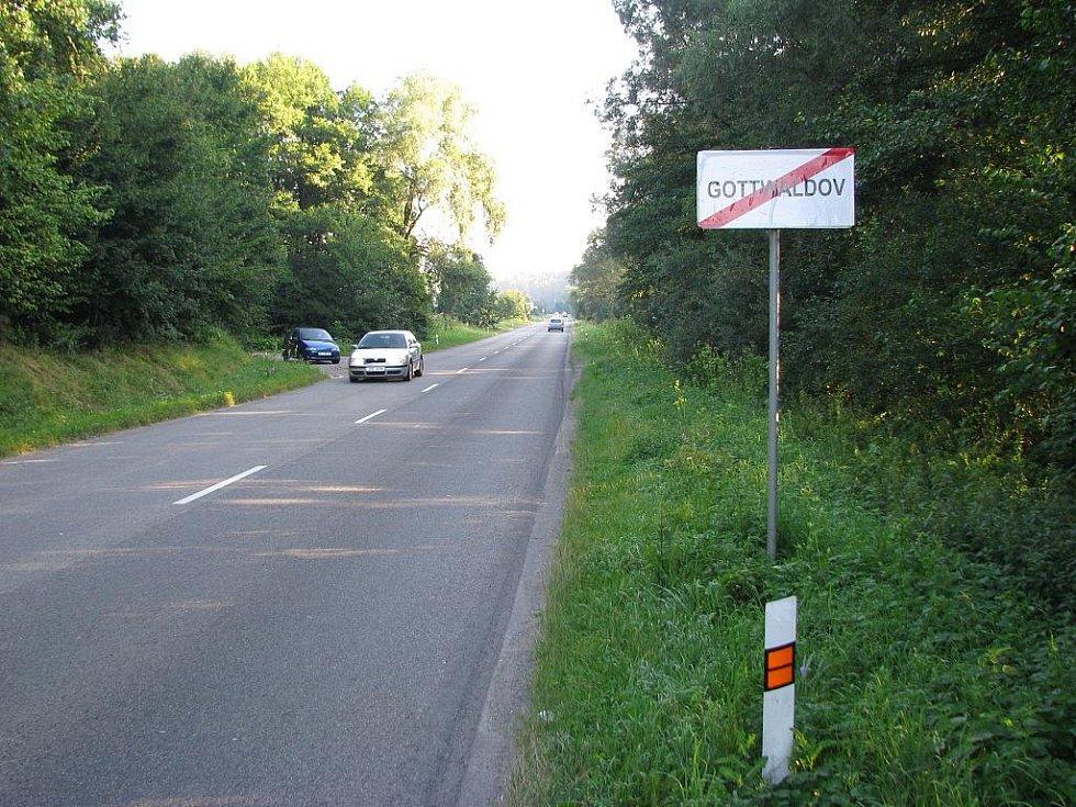 Opět Gottwaldov. Na cedulích vyznačujících začátek a konec města totiž místo nápisu Zlín stálo Gottwaldov.