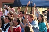 Lidé, kteří se přišli ke kostelu na Jižních Svazích podívat, vystupujícím kapelám nadšeně tleskali.