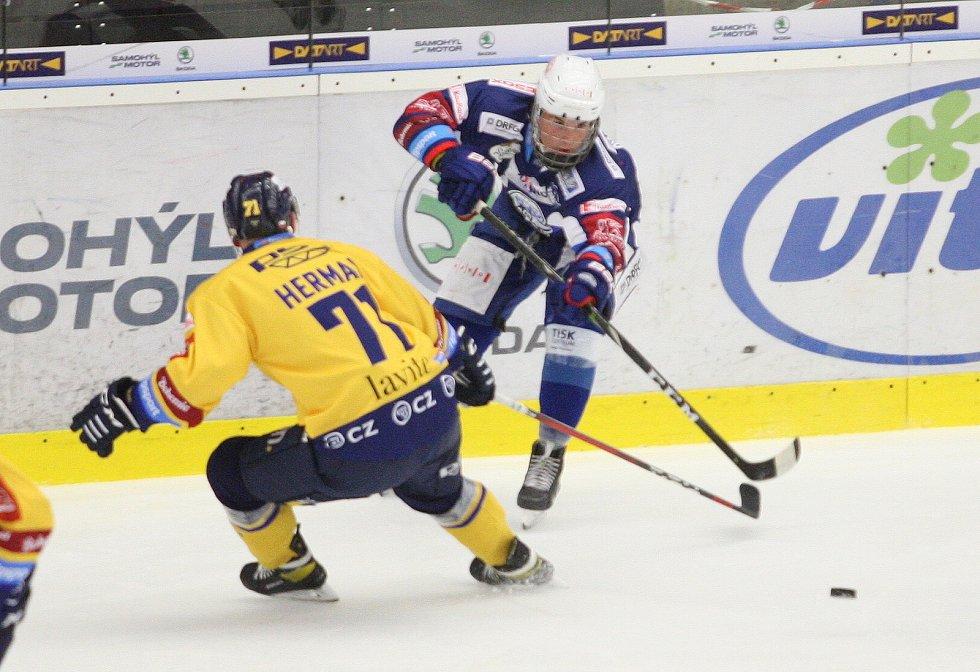 Extraligoví hokejisté PSG Berani Zlín (ve žlutém) v přípravném duelu hostili rivala Kometu Brno. Na snímku Herman.