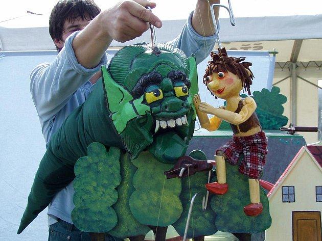 Honzovi mohou s bojem proti drakovi pomoci i malí diváci.