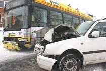 Nehoda osobního auta a autobusu MHD ve Zlíně-Loukách.