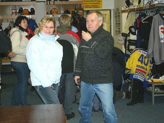 Vedoucí týmu Oldřich Šolc provádí návštěvníky zázemím hokejistů RI Okna Zlín