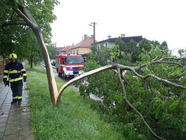 Vlna bouřek nad územím Zlínského kraje v pondělí 21. 7. kácela stromy a zaplavovala sklepy.