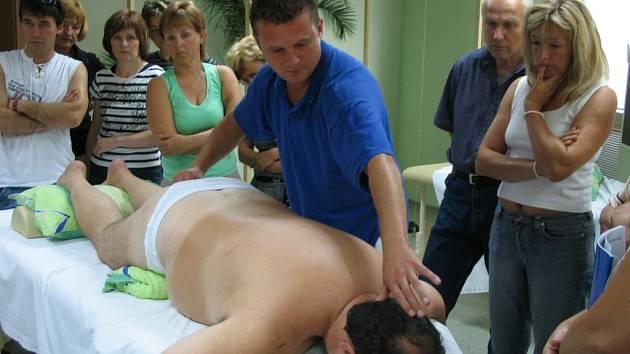 TERAPEUT. Pavel Grebeníček se netradiční masážní metodu Spinal Touch naučil u věhlasné lékařky Mary Stags