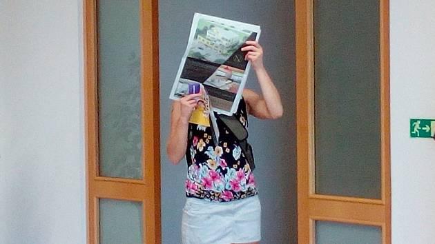 Obžalovaná Adriana Č. se před novináři ukrývala za novinami. Její komplic Antonín C. si rozsudek vyslechnout nepřišel.