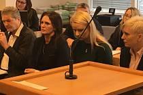 Otec Radka Březiny (vlevo) a manželka Radka Březiny (druhá zleva) u okresního soudu ve Zlíně