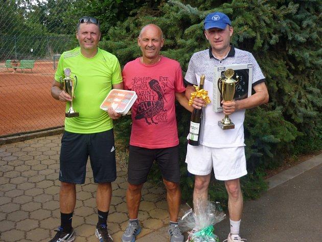 Petružela Cup. Dušan Machala (vlevo) a vítěz Petr Vrba (vpravo), uprostřed Jan Nahodil.