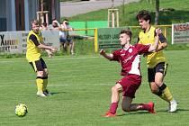 Fotbalisté Tečovic (ve žlutých dresech) doma nestačili na Louky 1:2.