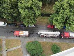 K hlášenému požáru v jedenáctém patře bytového domu v ulici 2. května ve Zlíně vyjížděly v neděli před polednem dvě jednotky hasičů.
