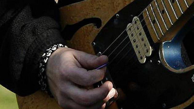 Zpívání s kytarou.