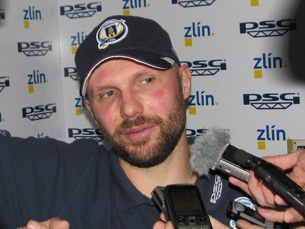 Petr Leška odpovídá na dotazy novinářů