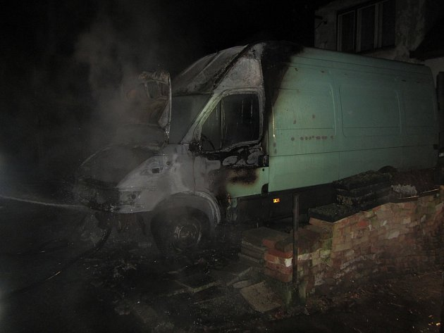 Hasiči dnes brzy ráno zasahovali u požáru auta.