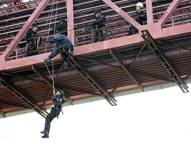 Cvičení městských policistů na řece Dřevnici.