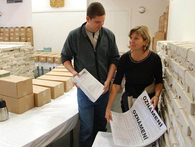 Na zlínskou radnici přivezla distribuční firma hlasovací letáky pro krajské a senátní volby.