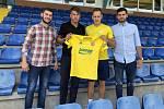 Zkušený fotbalista Róbert Matejov (ve žlutém dresu) prodloužil ve Zlíně smlouvu o další tři roky.
