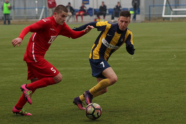 Fotbalisté Slavičína (v červeném) v rámci 19. kola Divize E prohráli na umělé trávě v Krnově s Opavou B 1:3.