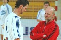 Reprezentační asistent Jiří Mika (vpravo).