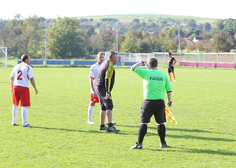 Fotbalové Louky (tmavé dresy) o víkendu smetly Veselou 5:0.