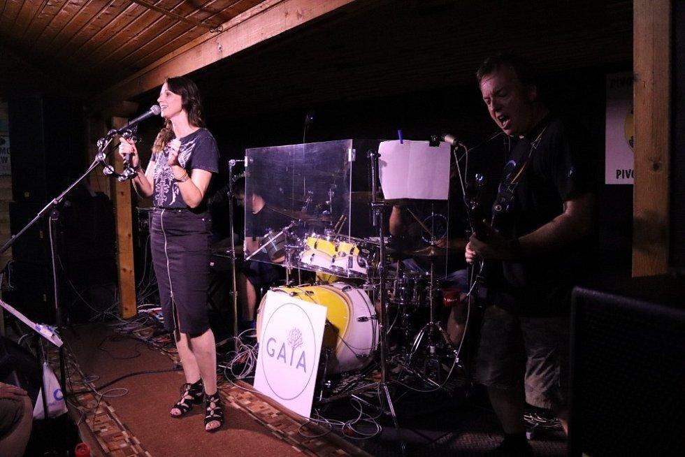 Dvojkoncert si v úterý užili hosté Zelenáčovy šopy ve Zlíně, která na pódiu přivítala kapely Gaia a Kochta Band.
