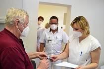 Nové očkovací centrum otevřeli ve středu 17. března ve zdravotním středisku v Luhačovicích. Město je tak první obcí s rozšířenou působností v kraji, která pro občany takovéto zařízení zřídila.