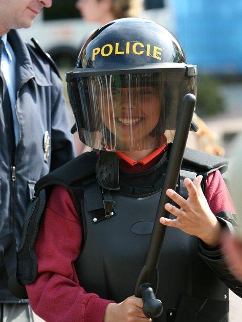 DO PRÁCE S ÚSMĚVEM. Pro řadu strážců pořádku by mohla být tato malá policistka vzorem.