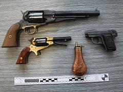 Policie nalezla v šatní skřini zaměstnance tiskáren tři střelné zbraně.