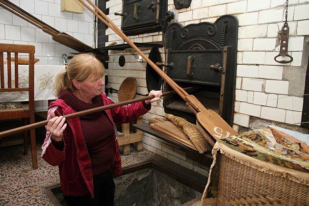 Unikátní téměř stoletá parní pec vHalově pekárně ve Vizovicích vříjnu 2020.Pokračovatelka pekařského rodu Helena Kučerová ukazuje peklo, odkud se sázelo do nejnižšího patra.