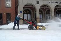 Páteční ranní úklid sněhu před zlínským magistrátem.