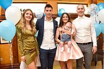 Bývalý stoper Zlína a pražských Bohemians 1905 Zoran Gajić (druhý zleva), který nyní působí v bulharském klubu FC Arda Kardžhali, očekává s manželkou druhý přírůstek do rodiny.