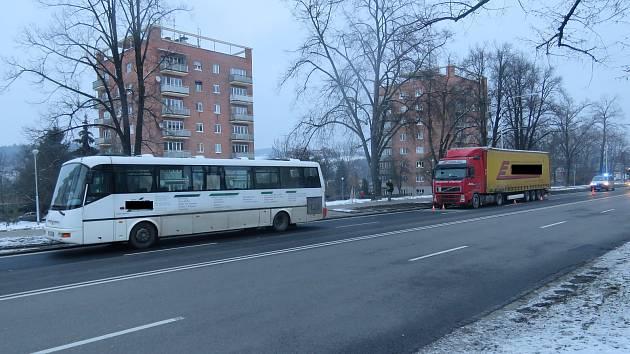 K nehodě došlo v pátek ráno na Tř. T. Bati ve Zlíně. Do linkového autobusu s cestujícími narazil kamion cizí státní značky.