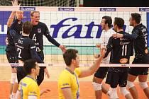Extraligoví volejbalisté Fatry Zlín (v černém) ve svém 10. vystoupení v nové sezoně po boji dosáhli na třetí výhru, když doma udolali Ústí nad Labem 3:2 a po výsledku 17:15 v rozhodujícím pátém setu.