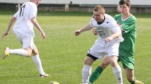 Fotbalisté Slušovic (v zeleném) duel proti zachraňujícím se Vidčím hrubě nezvládli a doma prohráli 0:3.